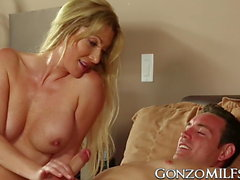 Dick aime blonde MILF Jennifer Best se faire écraser par la graisse