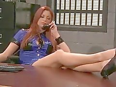 Do redhead Guarda Prisional faz Cavity Search com a Strapon