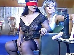 Mature lesbian tries some blindfold pussy dildoing