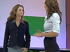 De emily de Addison y a Heather Vandeven Naked News